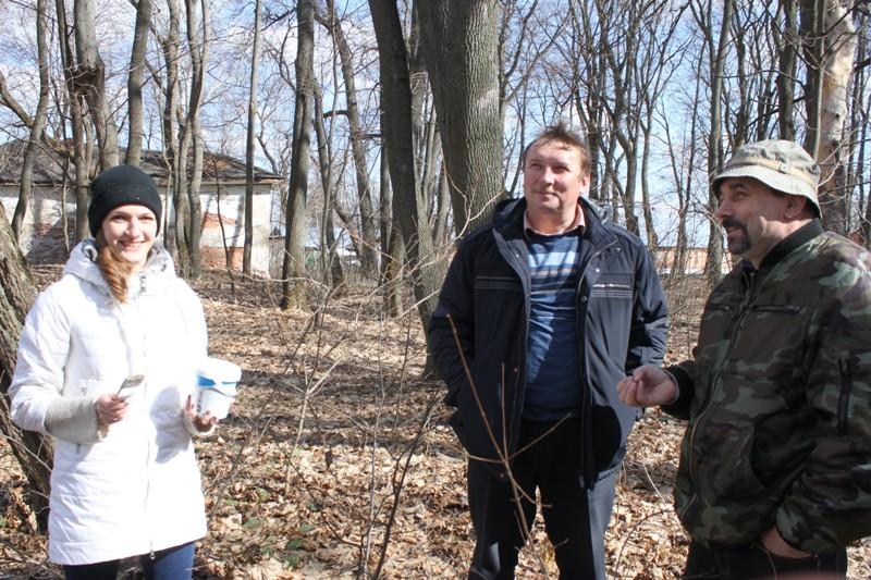 выпилка сухих деревьев в парке села Троекурово